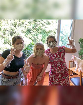 Keila Grinberg e suas filhas usam máscaras faciais